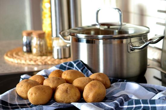 Vařené brambory na kostky