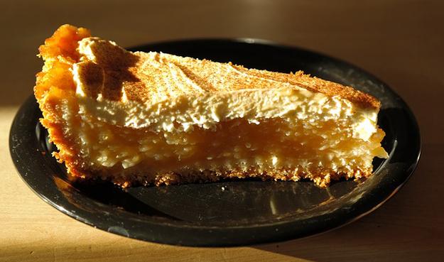 Sypaný jablkový koláč se skořicí