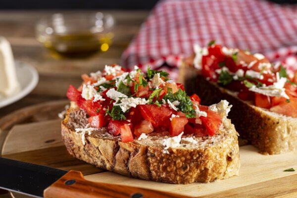 Italská bruschetta s rajčaty a parmezánem
