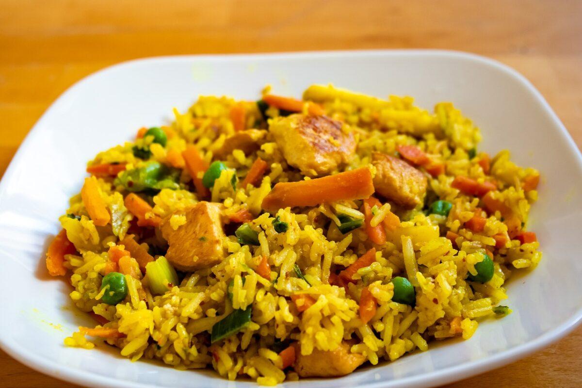 Kuřecí maso na kari s rýží a zeleninou
