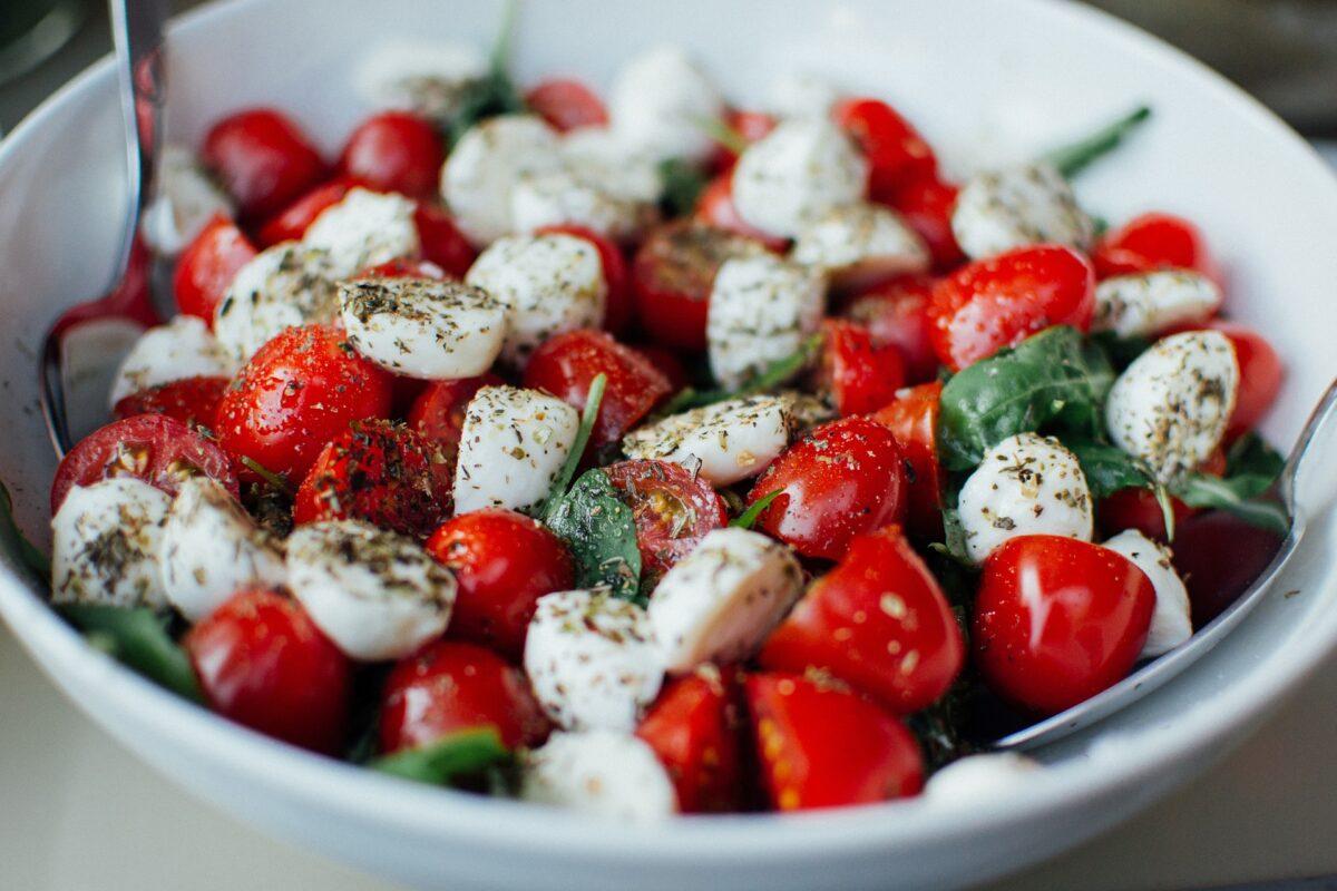 Rajčatový salát se sýrem Bocconcini a bazalkou