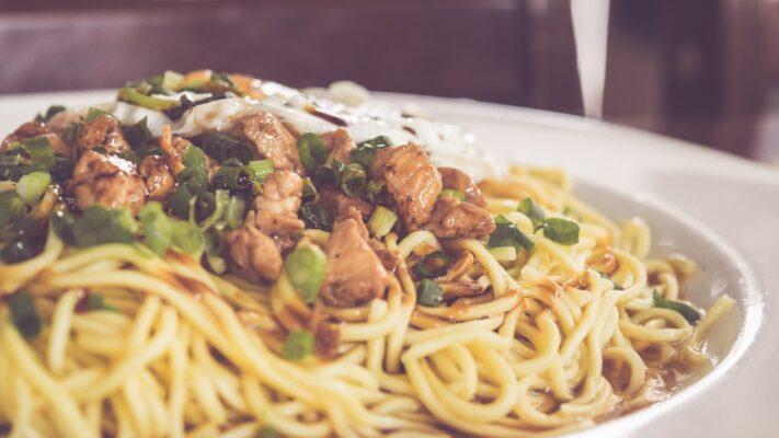 Čínské nudle s kuřecím masem