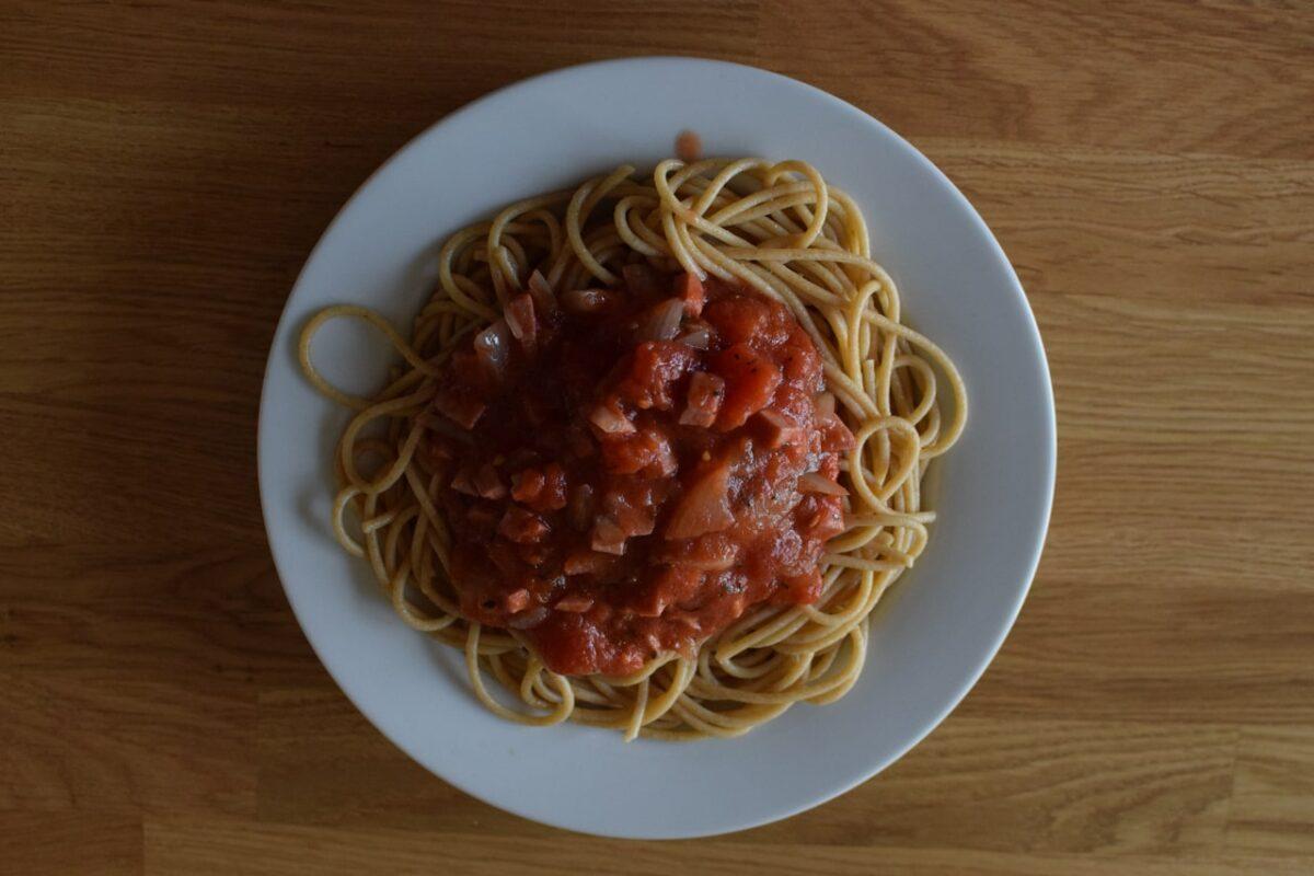 Celozrnné špagety vlastní výroby s rajčatovou omáčkou